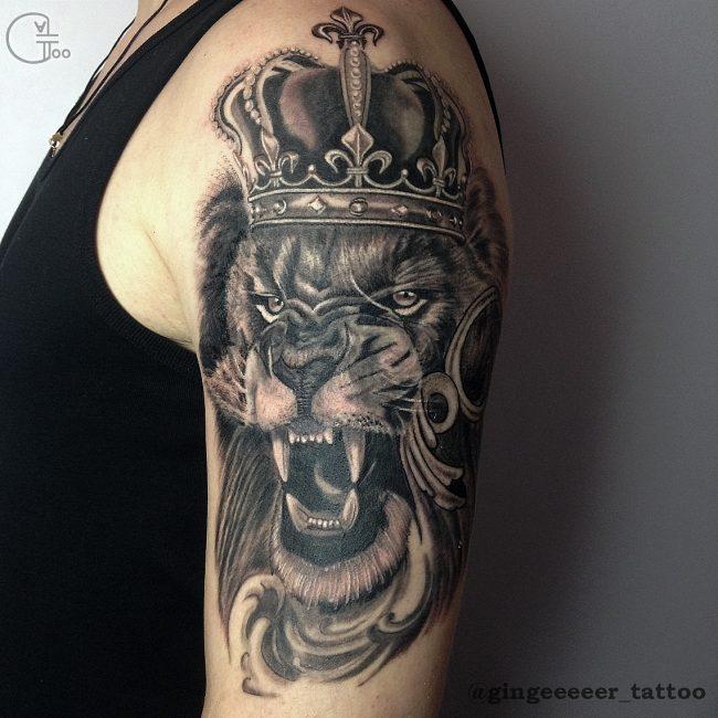 Татуировка льва на плече