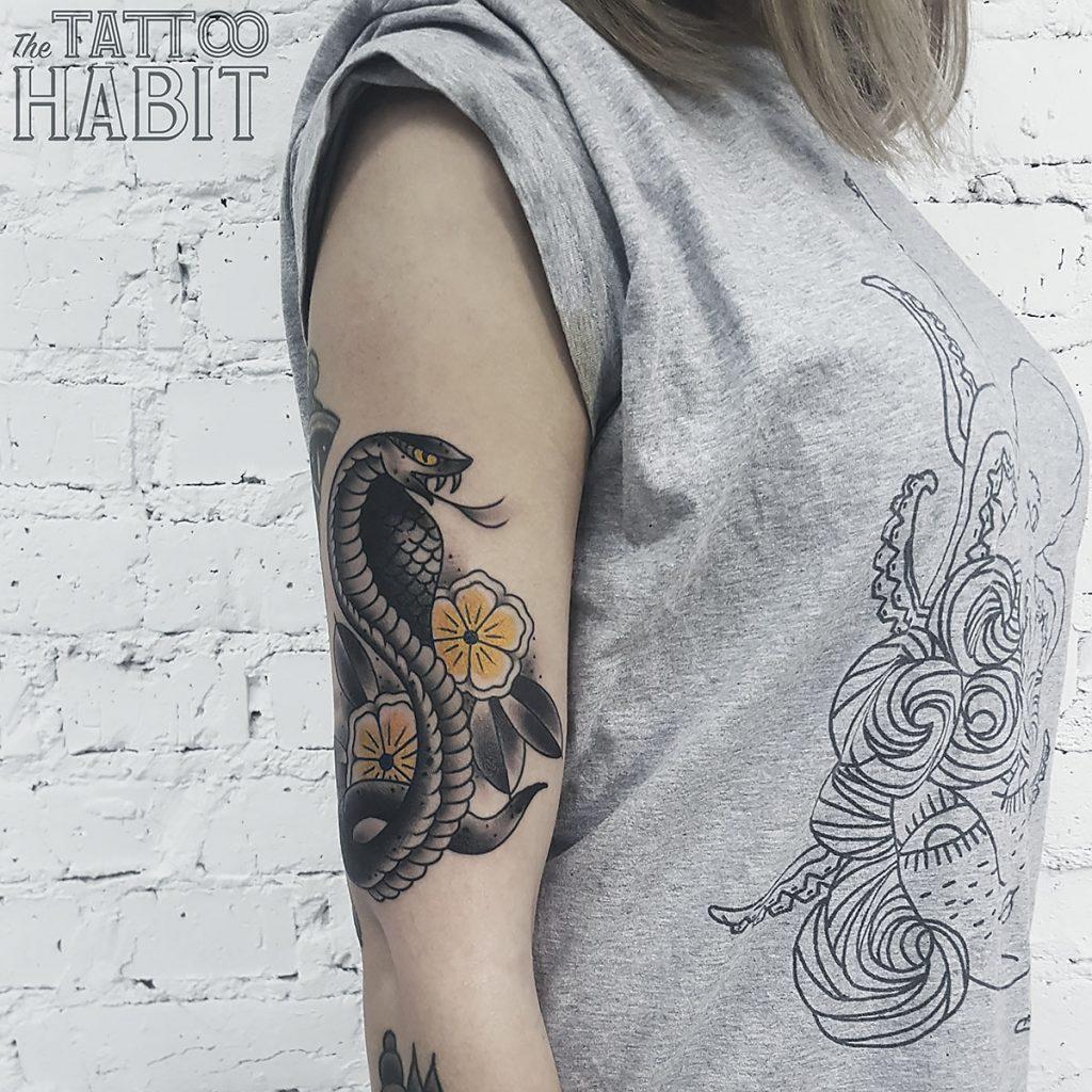 Змея на женском теле