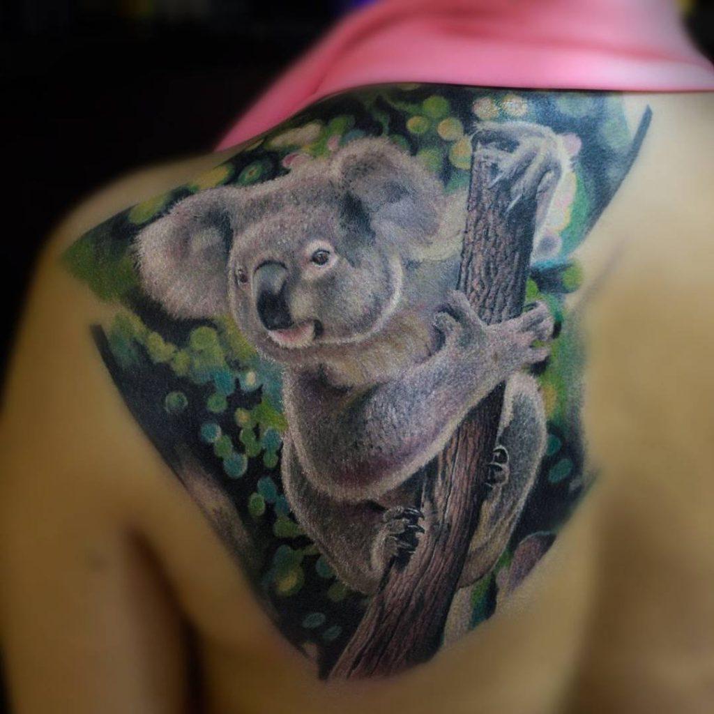 Женская тату с медведем