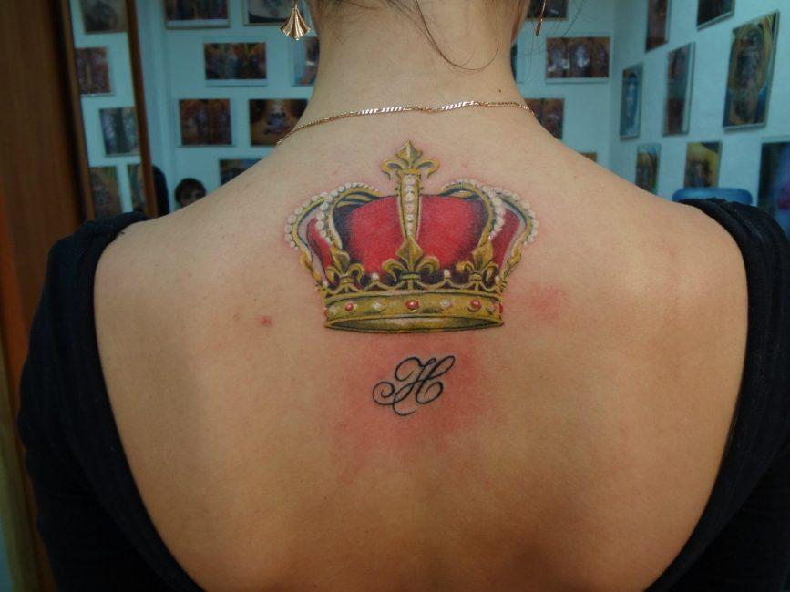 Корона, изображенная над буквой имени