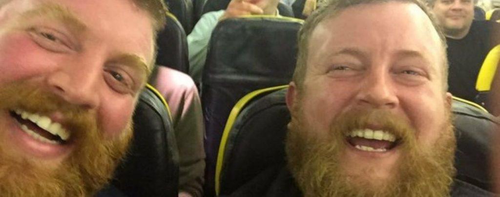 """Этот мужчина случайно встретил своего """"двойника"""" в самолете"""