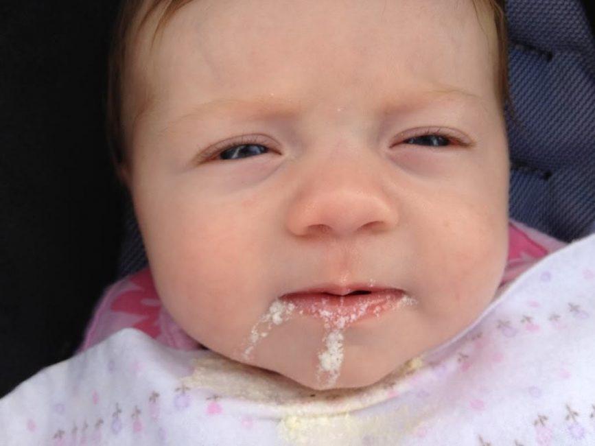 Творожная консистенция отторгаемой пищи – норма для новорожденных детей