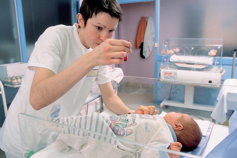 За то время, пока малыш находится в роддоме, забор крови выполняется не менее 2-3 раз.