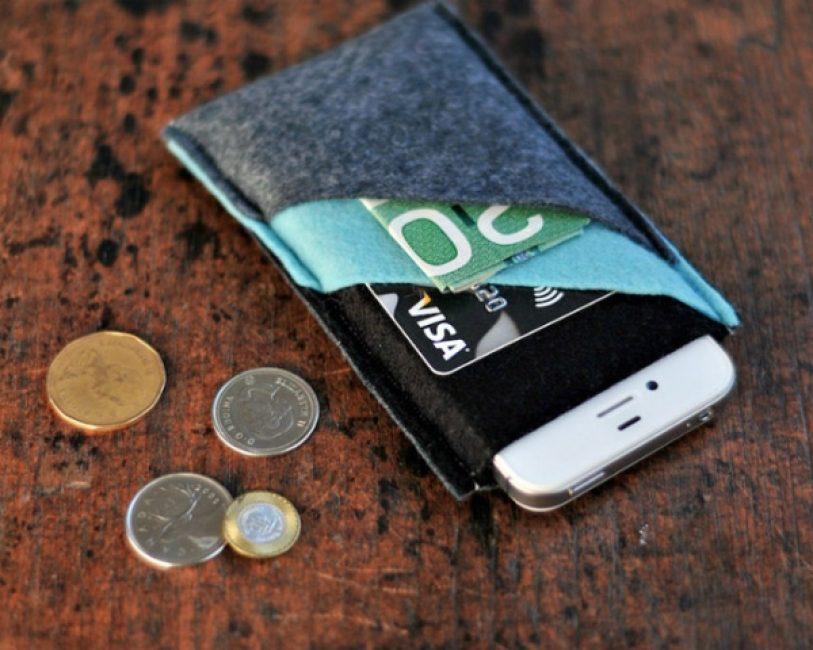Вы можете сделать не один, а несколько кармашков. Тогда в них можно будет положить деньги или пластиковые карты.