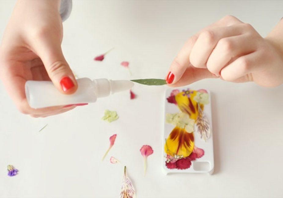 Наносите маленькие капельки клея на «изнаночную» сторону листиков