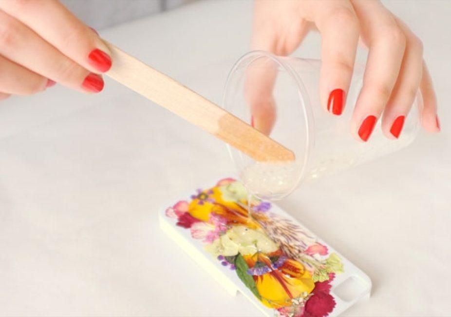 Максимально аккуратно выливайте раствор смолы на поверхность чехла. Кстати, ее можно разводить в обыкновенном пластиковом стаканчике, а потом просто его выбросить.