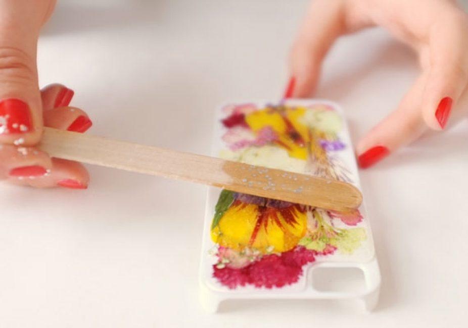 Для разравнивания смолы по поверхности пластика идеально подойдет палочка от мороженого. Но вы можете воспользоваться любым предметом похожей формы, к примеру, линейкой.