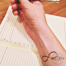 Тату знак бесконечности: что означает символ, на запястье, на пальце, с надписью, сердцем, змеей, для девушек и мужчин: значение + 75 ФОТО
