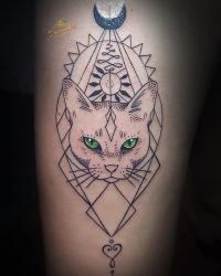 Значение тату кошки для девушек: на ноге, руке, черная, египетская, с цветами, луной, крыльями, короной, бабочкой. Эскизы + 115 ФОТО