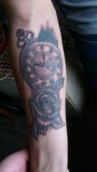 Татуировки с часами: на руке, плече, для мужчин, женские, песочные часы, с розой, совой, вороном, компасом. Значение и эскизы + 130 ФОТО