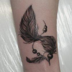 Тату с пером: на ноге, руке, ключице,  для девушки, мужчины, с птицами, ловец снов. Эскизы и значения + ФОТО